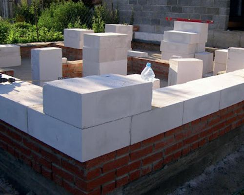 Угловой блок уложен поверх первого ряда.