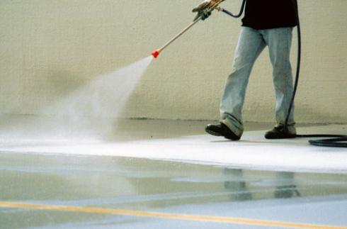 Уход за свежеуложенным бетоном в первую очередь заключается в постоянном увлажнении поверхности и недопущении ее пересыхания