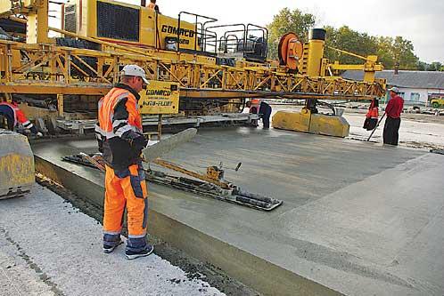 Укладка бетона производится специальной дорожно-строительной техникой.