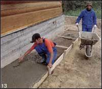Укладка бетона в траншею отмостки
