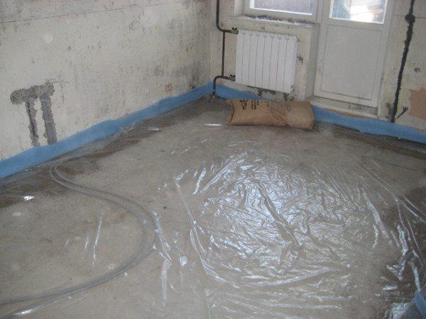 Укладка гидроизоляции под сухую стяжку.