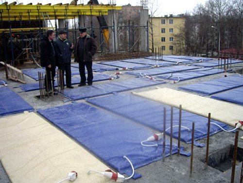 Укладка греющих матов на поверхности бетона.