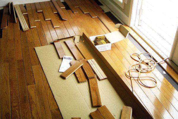 Укладка паркетной доски на бетонный пол – распространенная практика отделки.