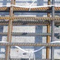 Укладка петель на металлическом арматурном каркасе. Фото
