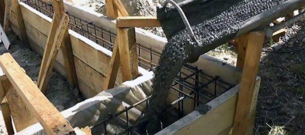 Укладка раствора в фундамент – ответственная задача в любом строительстве.