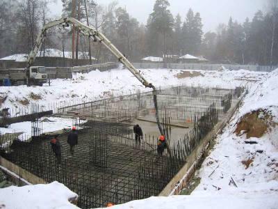 Укладку бетона производят также и зимой.