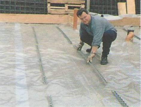 Укладывание пленки на песчано-гравийную подушку