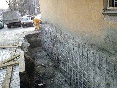 Укрепление фундамента обоймой из арматуры и бетона.