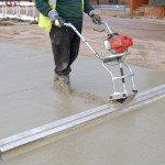 Уплотнение бетона с помощью виброрейки