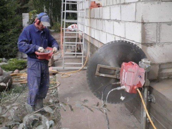 Управляемая дистанционно резка железобетона бетона алмазными кругами
