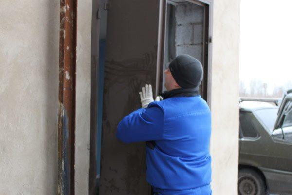 Установка двери на сварную раму.