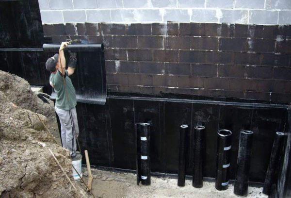 Установка гидроизоляции на фундамент и цоколь