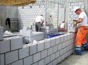 Установка пенобетонных блоков не требует чрезмерных усилий