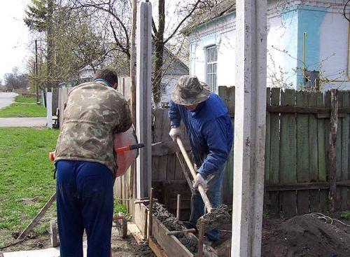 Установка столбов с пазами для бетонных плит