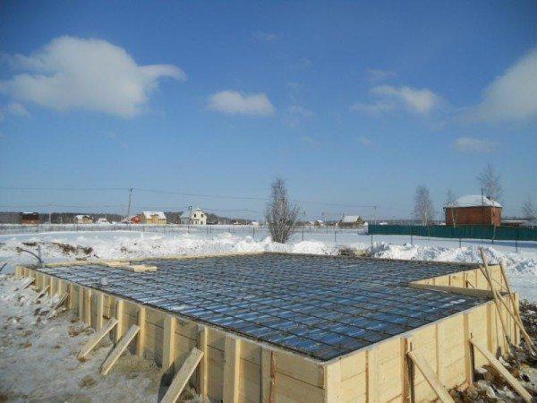 Утепление фундамента зимой.