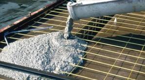 В легкодоступные места раствор заливается непосредственно из автомобиля, перевозящего жидкий бетон