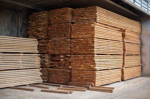 В некоторых регионах страны производство пиломатериалов налажено намного лучше, чем изготовление блоков из различных цементосодержащих смесей