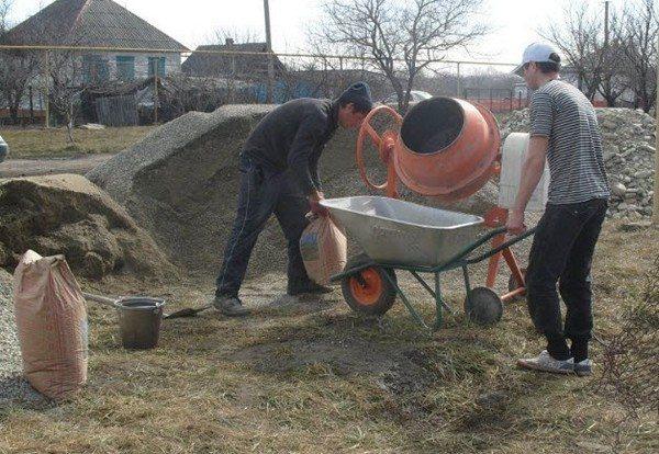 В отсутствие альтернатив используют ручной труд и бетономешалку.