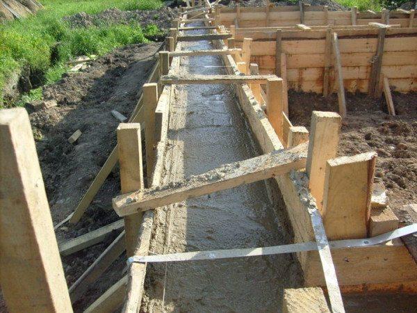 В подготовленную опалубку заливают бетон.