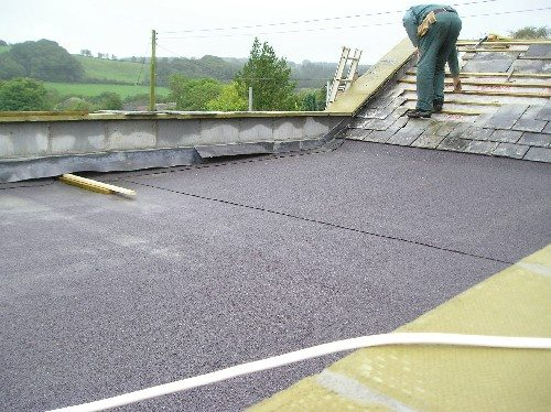 В последнее время асфальт для изготовления крыши вытеснили рулонные материалы, которые при этом имеют практически одинаковые характеристики