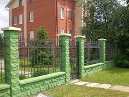 Вариант использования бетонных оголовков на заборе