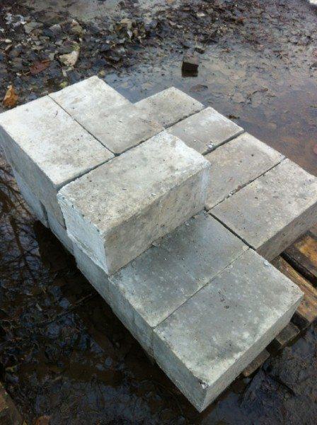 Вес бетонного блока 200х200х400б не превышает 35 кг