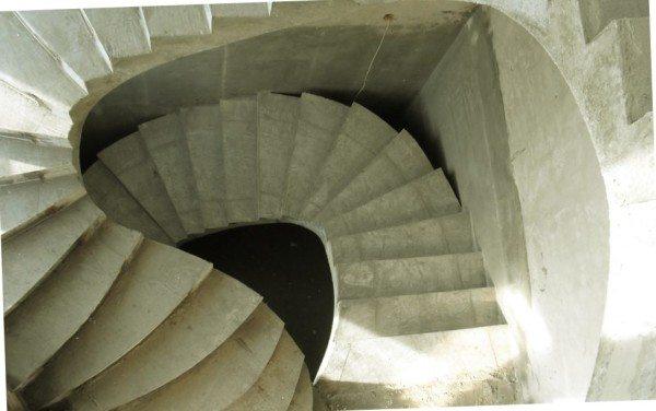 Винтовые конструкции (на фото) куда сложнее в изготовлении