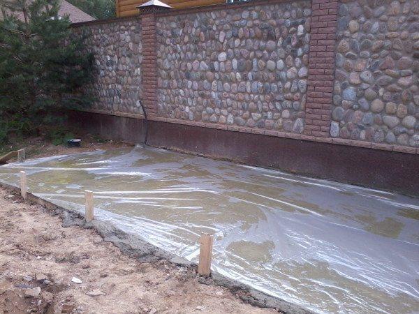 Во время дождя свежий бетон накрывают пленкой.