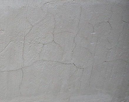 Вот что получается при быстрой потере влаги бетонным основанием