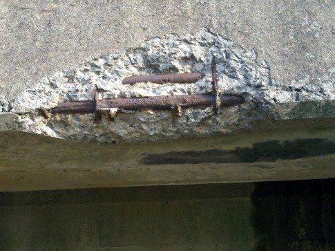 Вот такие моменты можно обнаружить при наступлении теплого времени суток – осыпающийся промерзший цемент (на фото)