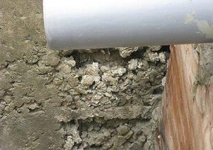Вот такие «пустоты» возникают в бетонных поверхностях, которые не были уплотнены