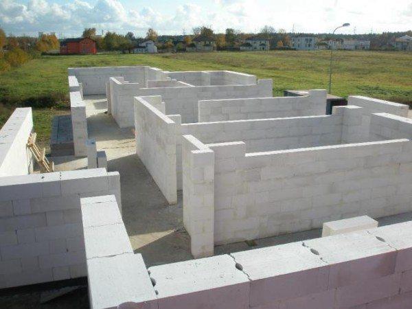 Возведение стен из ячеистого бетона.