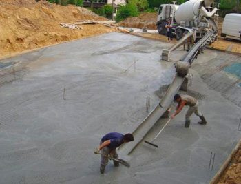 Ввиду короткого периода схватывания заливка больших объемов бетона вызывает целую массу трудностей, так как делать это нужно очень оперативно