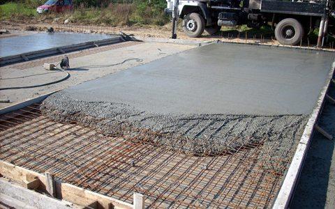 Выбирать бетон для основы здания надо, исходя из нескольких параметров.