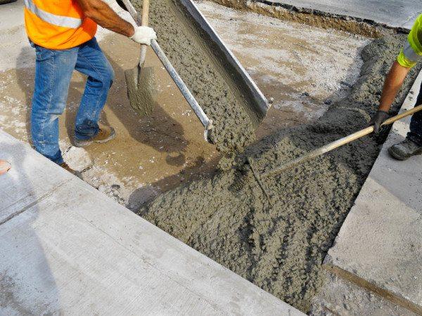 Выгрузка готового бетона в место укладки.