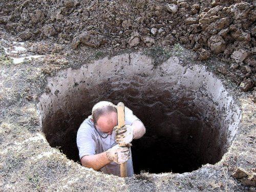 Выкапываем полутораметровую яму.