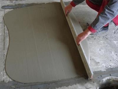 Выравнивание бетонного слоя правилом