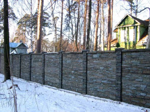 Забор из железобетонных панелей для загородного участка