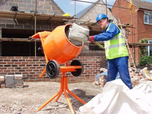 Загрузка компонентов для приготовления бетона.