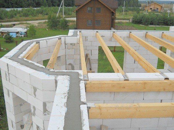 Закладка межэтажной конструкции - один из наиболее сложных этапов строительства