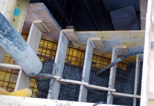 Заливка бетона в опалубку.
