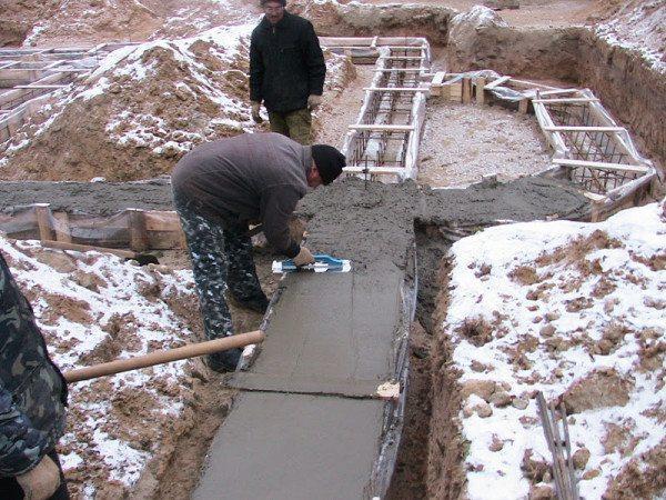 Заливка бетона зимой без прогрева – возведение фундамента