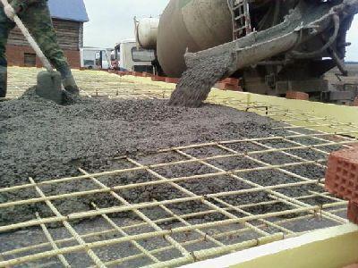 Заливка бетонной смесью арматуры с прикреплёнными проводами
