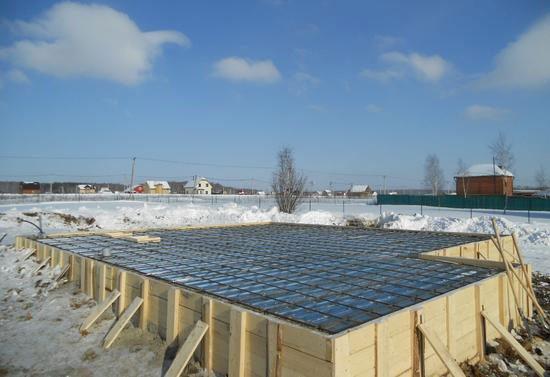 Заливка фундамента и в малоэтажном строительстве возможна в зимнее время