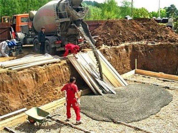 Заливка фундамента привозным бетоном