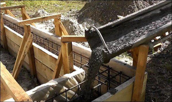 Заливка фундамента тяжелым бетонным раствором