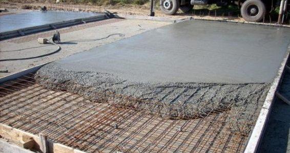 Заливка монолитной фундаментной плиты.