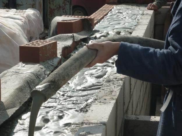 Заливка стен пенобетоном в опалубку из силикатного кирпича