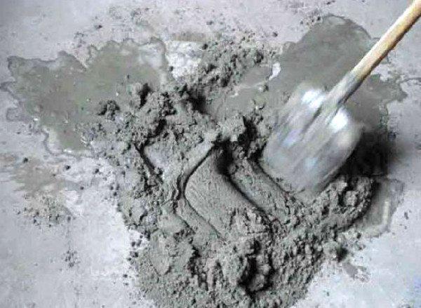 Замешиваем бетонную массу.