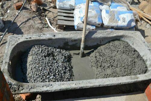 Замешивание бетона вручную.